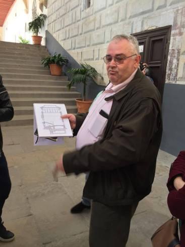 Resolviendo el misterio en la escalera del hospital de Santiago